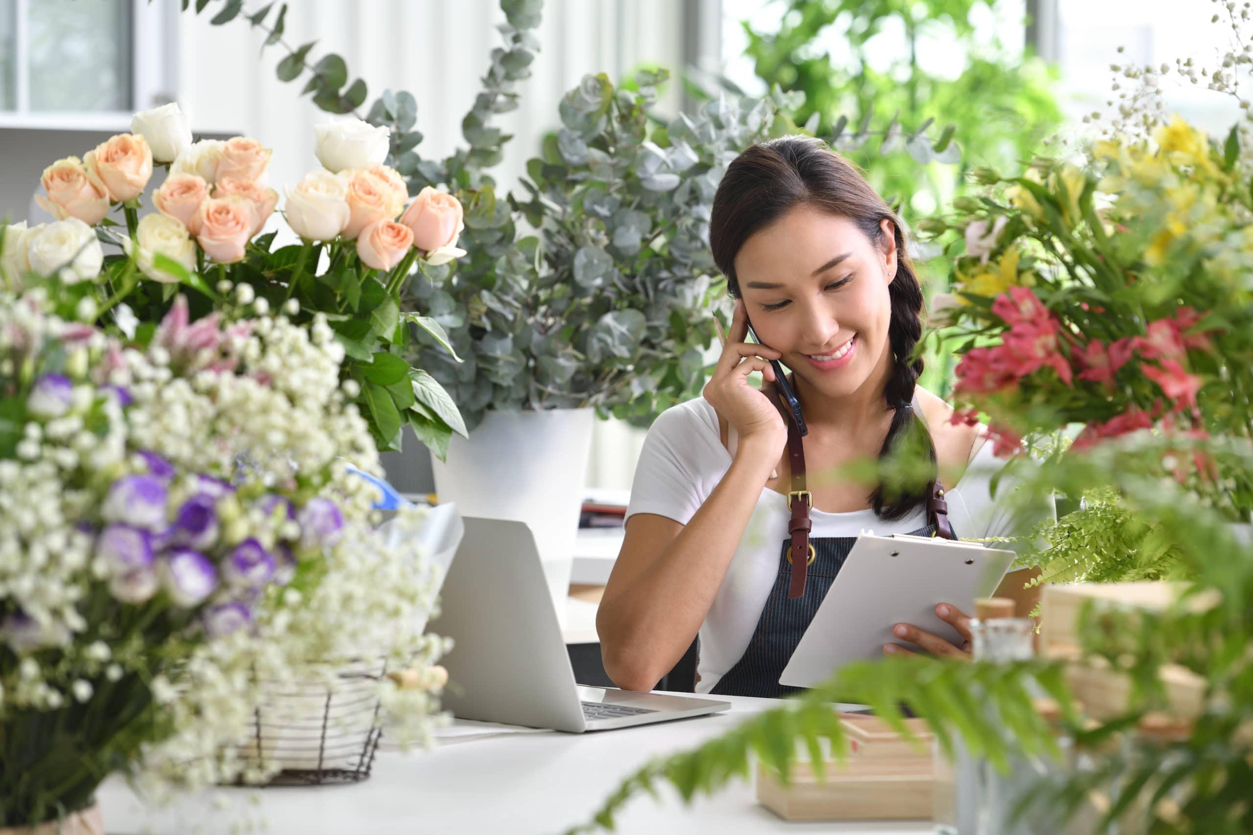 fleuriste devant son site internet avec plug and pulse